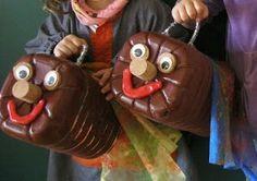 Aquest TIÓ-FANALET està fet amb una garrafa d'aigua de 8 litres reciclada. Pintat amb pintura plàstica i vernís. Els ulls estan fets amb arandeles de suro i ulls mòbils, el nas amb taps de suro i la boca amb plastilina. La nansa està feta amb escurapipes. S'acaba decorant amb una manteta-roba estampada pels nens.
