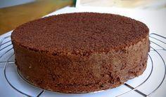 Pão de Ló de Chocolate para Tortas 8 gemas 8 claras batidas em neve 1 xícara de açúcar 4 colheres de sopa de farinha de trigo 4 colheres de sopa de chocolate em pó 1 colherinha (café) de fermento em pó 6 gotas de essência de baunilha