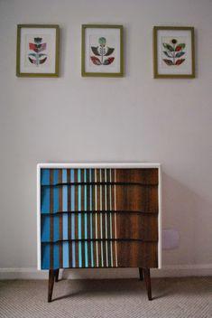 Полоски разной ширины на поверхности деревянных фасадов - еще одна стильная идея для реставрации винтажного комода эпохи 60-х.
