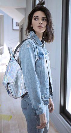 2018-2019 sonbahar konbinleri  kot ceket,  parlak beyaz sırt çantası kot pantolon.