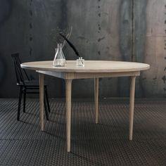 Esszimmertisch VAR solide Eiche rund Design yggoglyng Sofa, Interior, Dining Tables, Furniture, Home Decor, Scandinavian Furniture, Oak Tree, Homes, Norway