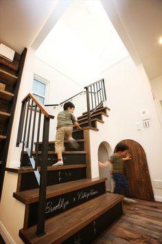 子どもが喜ぶ家づくり!階段下収納にアールドアをつけてわくわくする空間に!