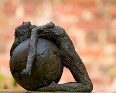 Totale overgave Sculpture Metal, Paper Mache Sculpture, Sculptures Céramiques, Pottery Sculpture, Art Beauté, Mural Art, Ceramic Clay, Ceramic Pottery, Anatomy Sculpture
