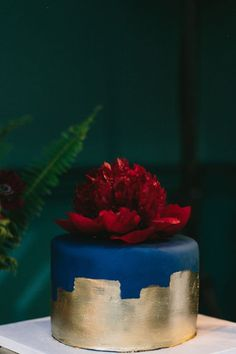 navy and gold wedding cake - photo by Heidi Ryder Photography