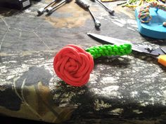Paracord rose (scouts for Mother's Day) Paracord Weaves, Paracord Knots, Paracord Bracelets, Crafts To Make, Arts And Crafts, Diy Crafts, Rope Crafts, Paracord Projects, Paracord Ideas