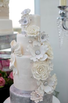 Cascading flower wedding bouquet with bow   Bombon Cake Gallery   Wedding Guide Chicago
