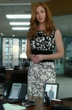 Donna Paulsen in Suits Lawyer Fashion, Fashion Tv, Suit Fashion, Business Fashion, Suits Tv Series, Suits Tv Shows, Donna Suits, Beautiful Dresses, Nice Dresses