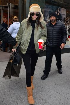 Photo by Raymond Hall on Getty Images · · · Uggs are the coziest, easiest winter shoes, so it's no wonder your favorite celebrities love them too. See how celebs are styling their Uggs with leggings. Legging Outfits, Sporty Outfits, Mode Outfits, Fall Outfits, Fashion Outfits, Athleisure Outfits, Ugg Boots Outfit, Ugg Style Boots, Outfit Jeans