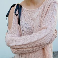 Give your sweater a balletic feel with a pretty bow on the shoulder! This is a really nice way to update an old sweater, and it's simple Diy Clothes And Shoes, Diy Clothes Videos, Sewing Clothes, Diy Clothing, Alter Pullover, Pullover Mode, Boyfriend Jeans Kombinieren, Ombre Look, Diy Kleidung
