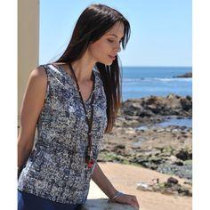 Das vegane Print Top wird Dich wohlumschmeicheln. Viellseitig kombinierbar und herrlich zu tragen im Sommer, mit V-Neck und Falte für eine gemütliche Weite. Öko-Shirt aus anschmiegsames Baumwoll-Jersey hergestellt in Portugal, aus 100% Bio-Baumwolle (aus kontrolliert biologischem Anbau) GOTS zertifiziert. Länge Gr. S ca. 92cm.
