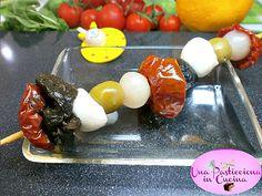 Spiedini di Mozzarella Pomodorini e Olive Ricetta Una Pasticciona.. Olive, Mozzarella, Italian Recipes, Pudding, Desserts, Food, Meal, Custard Pudding, Deserts