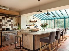 Cuisines : des extensions à vivre Kitchen Dining, Kitchen Decor, Conservatory Kitchen, House Plans With Pictures, Home Upgrades, Home Staging, Home Kitchens, Kitchen Remodel, Building A House