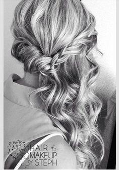 右サイドは編み込み、左サイドは髪全体をツイストして(ねじって)まとめ髪に。 編み込みも取る髪の量にばらつきを持たせるときっちりなりすぎず雰囲気ある感じに仕上がります。