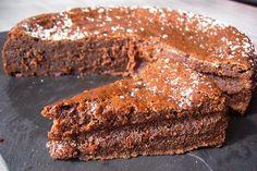"""Un gâteau au chocolat original au bon goût de caramel salé, avec une fine croûte et une texture fondante à cœur Surnommé à juste titre l'""""assassin"""" par le blogueur Bernard, on ne peut que succomber..."""
