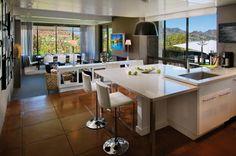 Wohnzimmer und offene Küche mit Theke harmonisches Raumkonzept
