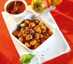 Tomaten-Gnocchi!! Wenn wir von Tomaten-Gnocchi sprechen, meinen wir das auch: Die Tomaten sind sowohl in der Sauce als auch in der Gnocchi-Masse.