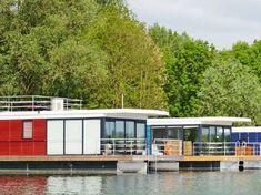 Auf dem Nordsee bei Xanten können mehrere festliegende Hausboote gemietet werden.