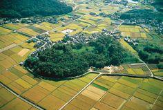 【岡山県 造山古墳】5世紀前半に築造された当時は日本一の規模だったとされる前方後円墳で、古代吉備大国の首長の墓とされている。現在では、仁徳、応神、覆中に次ぐ、全国4番目の大きさ。上・中・下の三段からなり、墳丘の上まで登れる全国唯一の古墳としても知られている。周辺には6基の中小規模な陪塚が点在。【問い合わせ先】●所在地:岡山県岡山市北区新庄下 #Okayama_Japan #Setouchi Japan Landscape, Landscape Art, Yamaguchi, Ancient Tomb, Okayama, Win A Trip, Asian History, Historical Architecture, Day Off