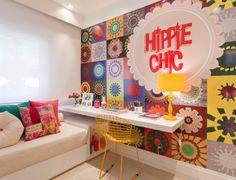 O quarto feminino criado pelo escritório Fernanda Marques Arquitetos Associados tem como elemento central um amplo painel de patchwork (papel de parede), que serve de pano de fundo para a escrivaninha