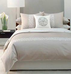 kleine slaapkamer groter laten lijken door een verticale streep te schilderen en horizontale streep terug te laten komen op de overtrek van het dekbed