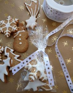 Sablés glacés Christmas Baking, Christmas Time, Christmas Ornaments, Sachets, Flan, Granola, Gingerbread Cookies, Conversation, Food And Drink