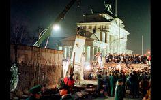 Um grande pedaço do Muro de Berlim é retirado por um guindaste, no início do processo de remoção perto do Portão de Brandemburgo, em Berlim, em foto de arquivo de 20 de fevereiro de 1990