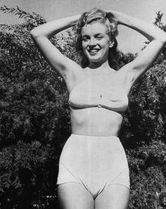 """Norma Jeane et ses camarades mannequins en 1946 alors qu'elle fait partie désormais de la célèbre Agence, la """"Blue Book Models Agency"""" sous la direction d'Emmeline SNIVELY. Elle forme des jeunes filles « aux carrières cinématographiques et leur apprend à poser devant un objectif, avec des conseils personnalisés pour tirer le meilleur parti de leur charme et de leur beauté ». Le 2 août 1945 Norma Jeane signa son contrat à la """"Blue Book Models Agency"""" ; elle avait 19 ans et portait une robe…"""