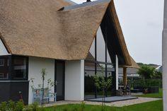 buitenhuisvillabouw.nl, landelijk, modern, eiken, glas, riet, stucwerk Garden Architecture, Architecture Design, Cottage, Pool Houses, Modern House Design, Home Interior Design, Home And Living, Villa, Windows