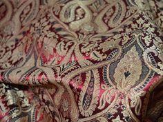 Ceci est une belle brocart de soie tissu design floral de benarse pur heavy dans la couleur Bordeaux, noir et or. Le tissu illustrent vignes florales tissées d'or sur fond rouge foncé.  Vous...