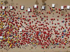 Barracas de praia da cerveja Itaipava avermelham tudo :)