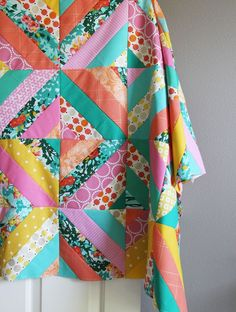 Sew Quilt Spring Strips Quilt Top tutorial - There are a few different ways to make these diagonal quilt blocks…but by far my favorite method is this tube method below. These are fairly easy blocks to make, but I wouldn't recomm… Strip Quilt Patterns, Jelly Roll Quilt Patterns, Jellyroll Quilts, Easy Quilts, Mini Quilts, Quilting For Beginners, Quilting Tutorials, Quilting Ideas, Nine Patch