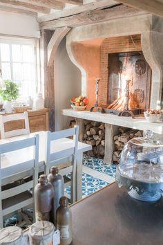 """Cette haute cheminée en pierre de taille a été confectionnée sur mesure dans de la pierre calcaire naturelle de Provence, la pierre d'Estaillades. Elle s'inspire de notre modèle """"Princesse"""" et a été modifiée à la demande de notre client pour la transformer en cheminée de cuisine avec des jambages et un plan de travail. Cette cheminée de 245cm de haut, de 85cm de large et de 220cm de long a été taillée à la main par l'Atelier de taille de pierre Alain BIDAL (#atelierbidal) , Isle sur la… Beams, Kitchen Remodel, Tiles, Relax, Wood, Comme, Interior, Client, Inspiration"""