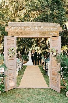 Planning a country wedding? We are here to help you with some nice rustic wedding decor ideas! Let's see how to use wood, rustic materials, bouquets, boots. Chic Wedding, Fall Wedding, Our Wedding, Dream Wedding, Trendy Wedding, Wedding Doors, Decor Wedding, Wedding Country, Wedding Stuff