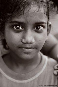 ogen die vele verhalen vertellen - Kolkata, India by Sacha de Boer