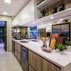 Cozinha compacta e funcional. O jogo de branco e madeira torna o ambiente leve e sofisticado. Por Claudia Albertini . . Acompanhem nossos projetos no @depaulaenobrega