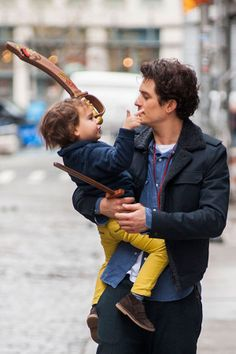 Orlando Bloom out with Son Flynn in New York. cutest thing ever Miranda Kerr Orlando Bloom, Hobbit, Z Cam, Disney Channel Stars, Celebrity Dads, Celebrity Style, Raining Men, Christian Grey, Pirates Of The Caribbean