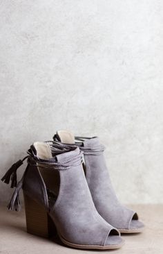 Grey is not always my color however it works with this open toe shoe boot style - Shoes Fashion & Latest Trends Stilettos, Pumps, High Heels, Shoes Heels, Grey Heels, Open Toe Shoe Boots, Open Boot, Look Fashion, Fashion Boots