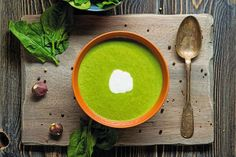 This immune-boosting spinach and lemon soup is the perfect recipe for the upcoming flu season. Quick Recipes, Soup Recipes, Cooking Recipes, Healthy Recipes, Healthy Soups, Kimchi, Superfood, Salmon Soup, Hot Soup
