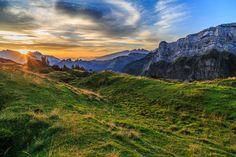 Mit diesen Worten begrüsst uns Koni Jöhl auf der Alp Oberchäseren. Wie wahr! Hier hoch über dem Linthal zwischen Mattstock und Speer ist es ohne Zweifel paradiesisch. Das einzige was