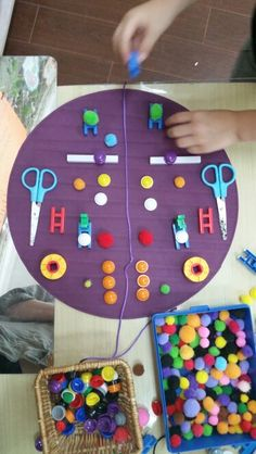 Playing with symmetry Mathematics in the early years Early Years Maths, Early Math, Early Learning, Symmetry Math, Symmetry Activities, Eyfs Activities, Kindergarten Activities, Finger Gym, Infant Lesson Plans