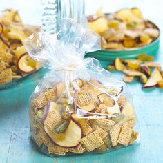 Apple Crunch Mix Five minutes is all it takes to throw this healthy snack mix together. It gets its flavor from cinnamon flavored oat square cereal, baked apple pieces, pistachio nuts, and golden raisins. Makes: 6 servings Prep: 5 mins Holiday Appetizers, Appetizer Recipes, Snack Recipes, Holiday Snacks, Pudding Recipes, Apple Recipes, Holiday Crafts, Lunch Snacks, Yummy Snacks