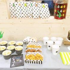 Coole Bubenparty für Jungs in der Scooter Halle mit viel Schwarz und weiss und Neongrün - genau richtig für 9-12 jährige Buben - mehr Ideen auf unserem Blog #bubengeburtstag #bubenparty #feiern #primarschule #partyidee #feiern #scooter