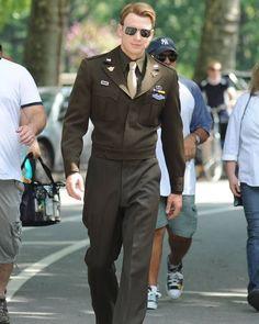 "Chris Evans as Steve Rogers/Captain America in ""Marvel's The Avengers. Steve Rogers, Capitan America Chris Evans, Chris Evans Captain America, Chris Hemsworth, Marvel Dc, Robert Evans, Men In Uniform, Army Uniform, Bucky Barnes"