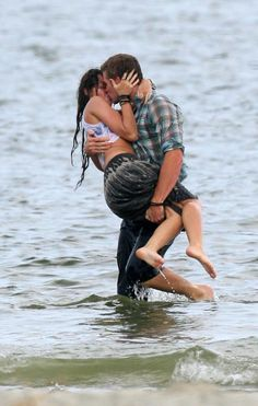 Liam Hemsworth and Miley Cyrus, The Last Song Romantic Couple Kissing, Couples In Love, Romantic Couples, Romantic Kisses, Liam Hemsworth And Miley, Miley And Liam, People Kissing, Kissing Quotes, Kissing Scenes