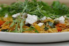Deze lauwe pastasalade lepelt met gemak naar binnen. Die typische Griekse pasta in de vorm van grote rijstkorrels maakt er meteen iets bijzonders van.Verwacht je ook niet aan een smaakervaring vergelijkbaar met de vlammende uitlaat van de Space Shuttle, want de harissa die Jeroen maakt is gemaakt op basis van die gewone milde paprika's en een deel rode chilipeper. Gebruik meer of minder van de chilipepertjes om de saus al dan niet pikant te laten smaken. Jeroen werkt de salade af met s...
