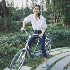 Liu Wen Oversized shirt + Jeans - simple!