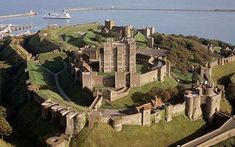 Dover Castle on the English Channel - England invincible fortress / No attacker could ever take Dover Castle. For tourists now conquer the castle. Dover England, Kent England, Dover Castle, Leeds Castle, Canterbury Castle, White Cliffs Of Dover, Castles In England, English Castles, English Heritage
