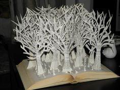 Pierre, feuilles, ciseaux: Vieux livres découpés