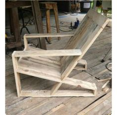 Creative DIY Wooden Pallet Project Ideas - Page 19 of 35 Pallet Furniture Bench, Diy Furniture Upholstery, Adirondack Furniture, Pallet Chair, Outdoor Furniture Plans, Reclaimed Furniture, Iron Furniture, Simple Furniture, Furniture Design
