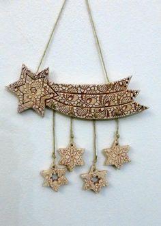 K vánoční dekoraci Ze šamotové hlíny, určené k zavěšení.